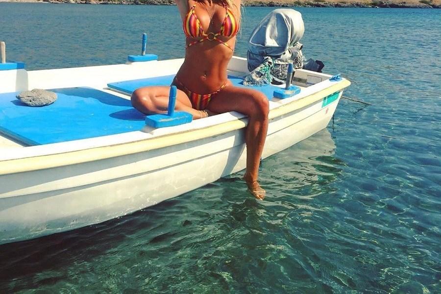 Μες σ'αυτή τη βάρκα είναι μοναχή και κολάζει τα πλήθη