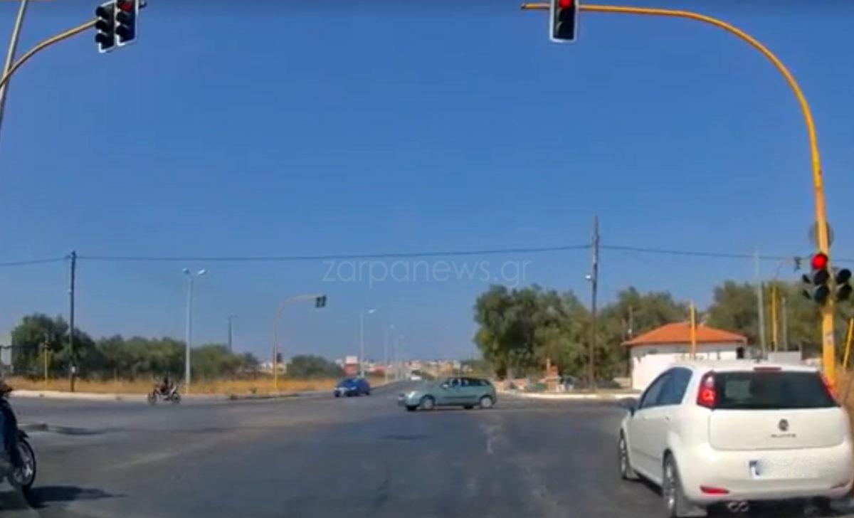 Κατά τ' άλλα μας φταίνε οι δρόμοι στα Χανιά: Περνάει με κόκκινο σε πολυσύχναστη διασταύρωση | Video