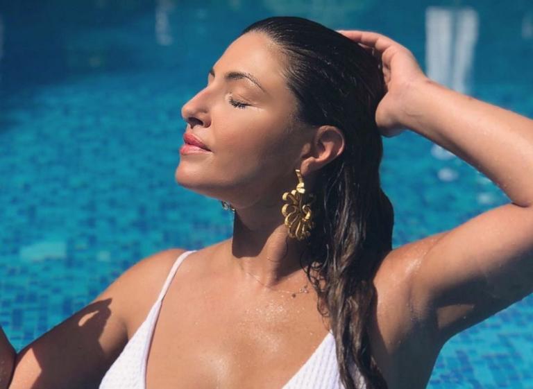 Η Έλενα Παπαρίζου ποζάρει μόνο με το μαγιό της και «ζαλίζει» το Instagram!