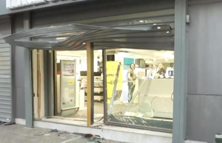 Περιστέρι: Άγνωστοι «μπούκαραν» με αυτοκίνητο σε κατάστημα πασίγνωστης αλυσίδας