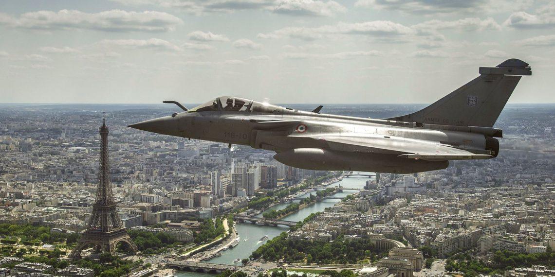 Rafale: Τα γαλλικά μαχητικά «σκεπάζουν» το Παρίσι [vid]