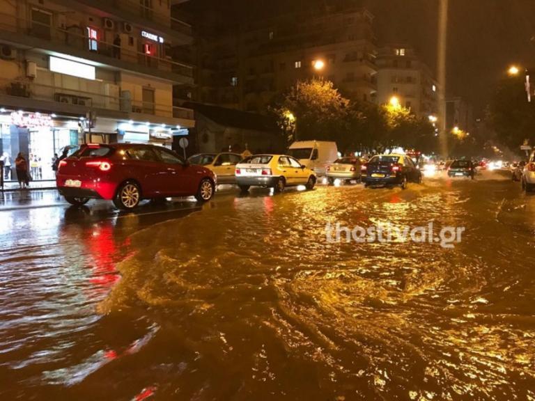 «Ποτάμια» οι δρόμοι στη Θεσσαλονίκη – Άνοιξαν οι ουρανοί [pics]