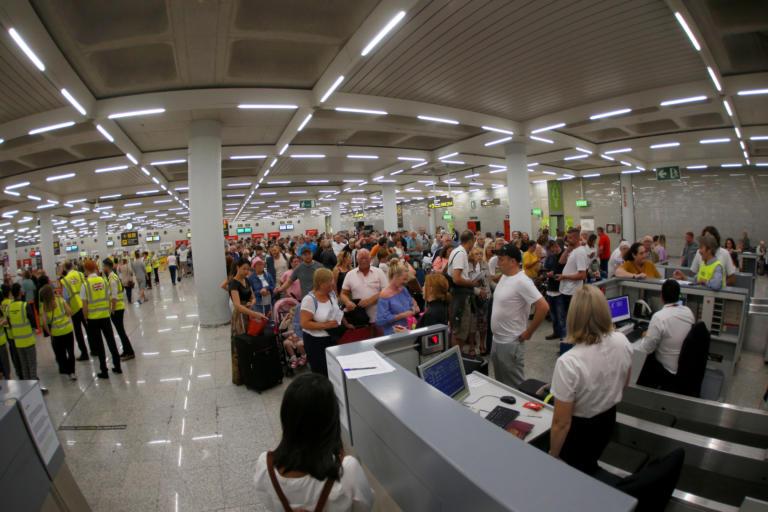 Thomas Cook: Πάνω από 3.000 εγκλωβισμένοι τουρίστες στην Κέρκυρα