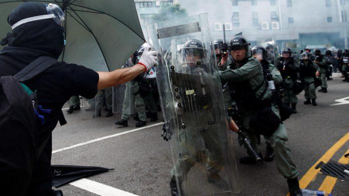 Τούβλα, μολότοφ και δακρυγόνα στο Χονγκ Κονγκ
