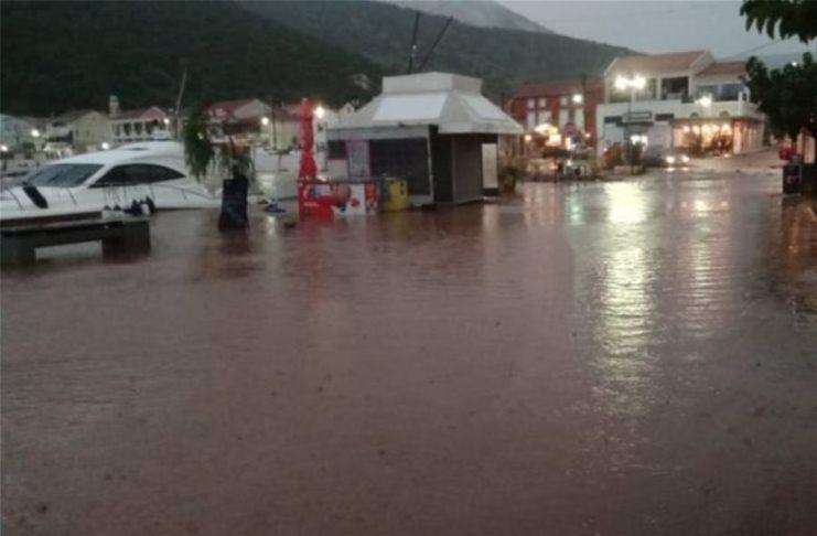 Η κακοκαιρία σαρώνει τη δυτική Ελλάδα: Πλημμύρες και κλειστά σχολεία σε Κεφαλονιά και Ιθάκη (video)