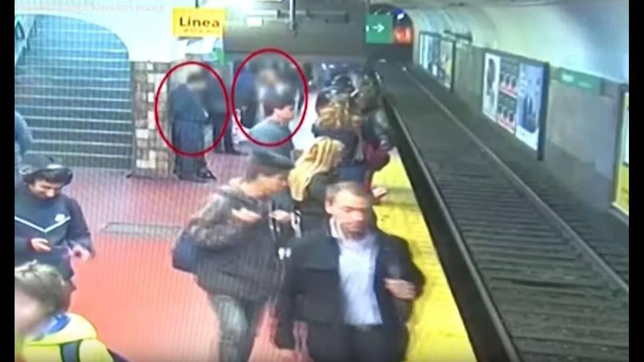 Βίντεο σοκ: Λιποθύμησε στην αποβάθρα του μετρό και έριξε γυναίκα στις ράγες