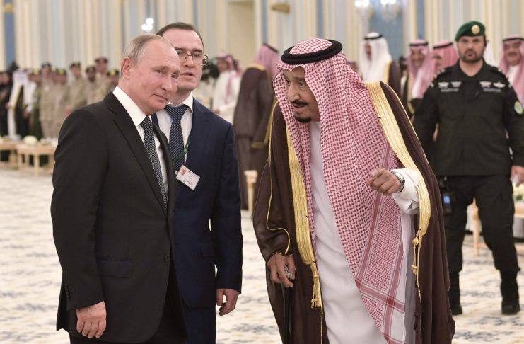 Ο Πούτιν δώρισε ένα γεράκι στον βασιλιά Σαλμάν κι εκείνο τους… κουτσούλησε (video)