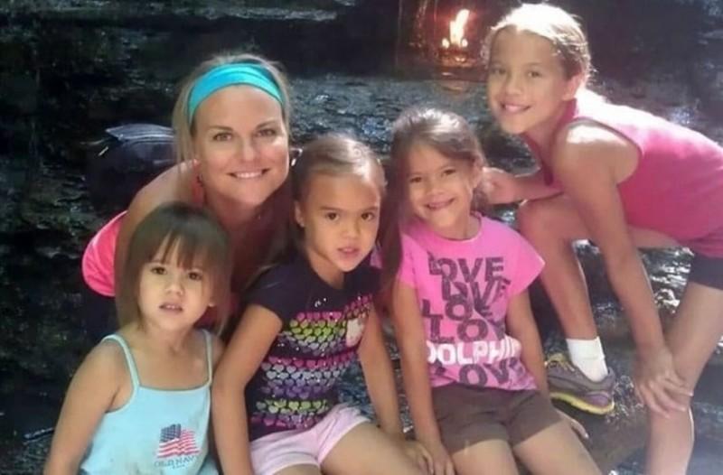 Μητέρα υιοθέτησε τις 4 κόρες της καλύτερής της φίλης που πέθανε από καρκίνο! Δείτε πως είναι σήμερα τα αγγελούδια!