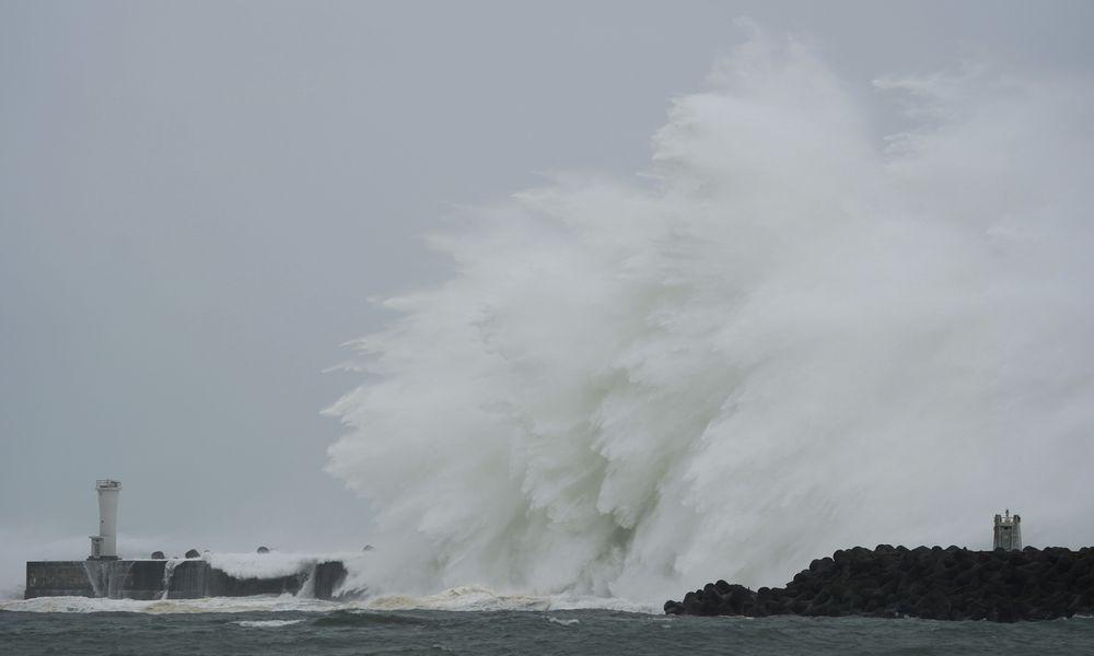 Ο χειρότερος τυφώνας της 60ετίας «τρέχει» με 195χλμ/ώρα προς το Τόκιο – Ξηλώνει κτίρια, «σηκώνει» φορτηγά στον αέρα! (Photos+Videos)