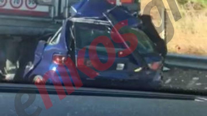 Εικόνες σοκ από θανατηφόρο τροχαίο στα Οινόφυτα: Αυτοκίνητο «καρφώθηκε» σε νταλίκα – ΦΩΤΟ αναγνώστη