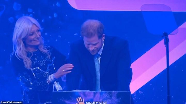 Λύγισε στη σκηνή ο πρίγκιπας Χάρι – Δείτε γιατί – ΒΙΝΤΕΟ