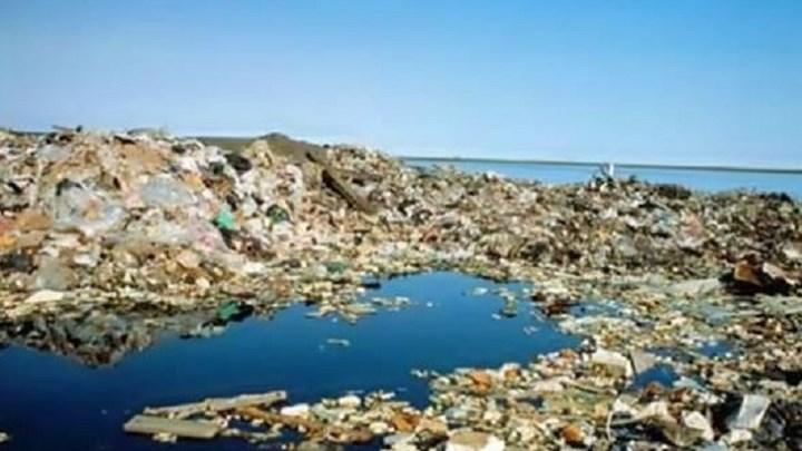Ένα βουνό από πλαστικά καταλήγει στις ελληνικές θάλασσες – Δέσμευση Χατζηδάκη για απόσυρση των πλαστικών μίας χρήσης έως το 2020