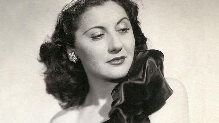 """Σοφία Βέμπο: Πώς έγινε η """"τραγουδίστρια της νίκης"""" – H ζωή και η καριέρα της κορυφαίας ερμηνεύτριας που ταυτίστηκε με το έπος του '40 – ΦΩΤΟ – ΒΙΝΤΕΟ"""