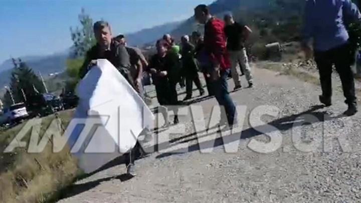 Ένταση στους Βουλιαράτες – Αστυνομικοί άρπαξαν πανό από τους γονείς του Κατσίφα – ΒΙΝΤΕΟ