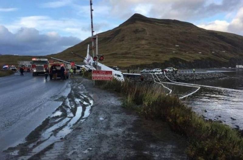 Πτήση θρίλερ: Αεροπλάνο προσγειώθηκε σε δρόμο με έναν κινητήρα – 12 τραυματίες!