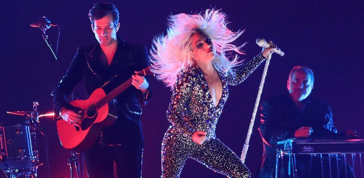 Έπεσε από τη σκηνή η Lady Gaga και το κοινό τρελάθηκε (vid)