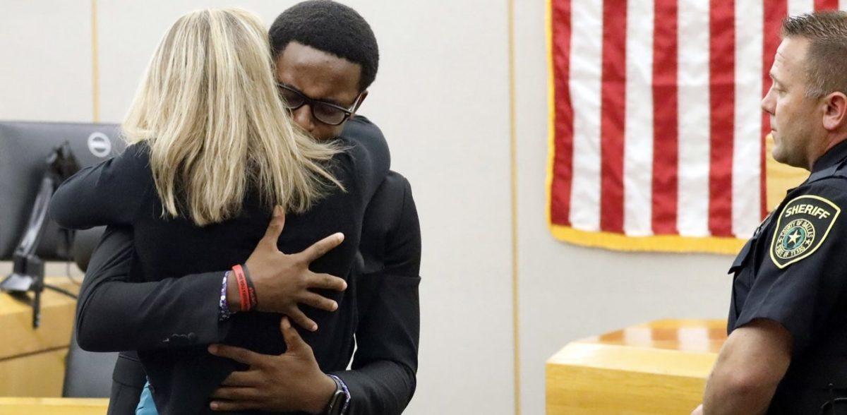 Τέξας: Αδελφός θύματος αγκαλιάζει τη δολοφόνο του – Συγχώρεση για το έγκλημα (vid)