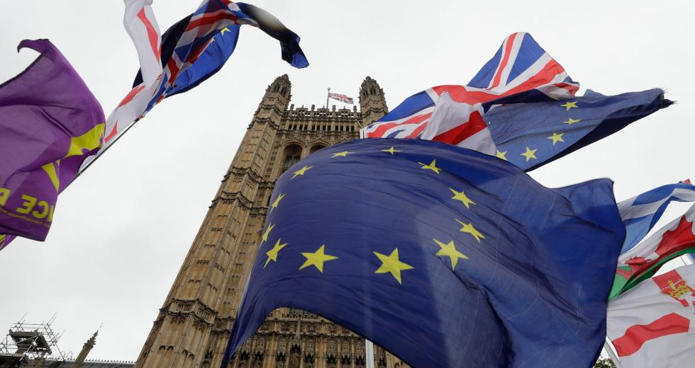 Guardian: Τρίμηνη παράταση για το Brexit δίνει η Ε.Ε.