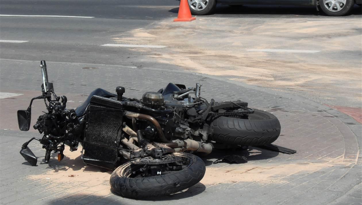 Βαριά τραυματίας μοτοσυκλετιστής μετά από τροχαίο – Γλίτωσε από θαύμα τον ακρωτηριασμό