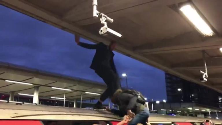 Εξαγριωμένοι πολίτες λίντσαραν ακτιβιστές στο Μετρό του Λονδίνου! [video]