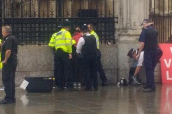 Βρετανία: Λούστηκε με βενζίνη και προσπάθησε να αυτοπυρποληθεί έξω από το κοινοβούλιο
