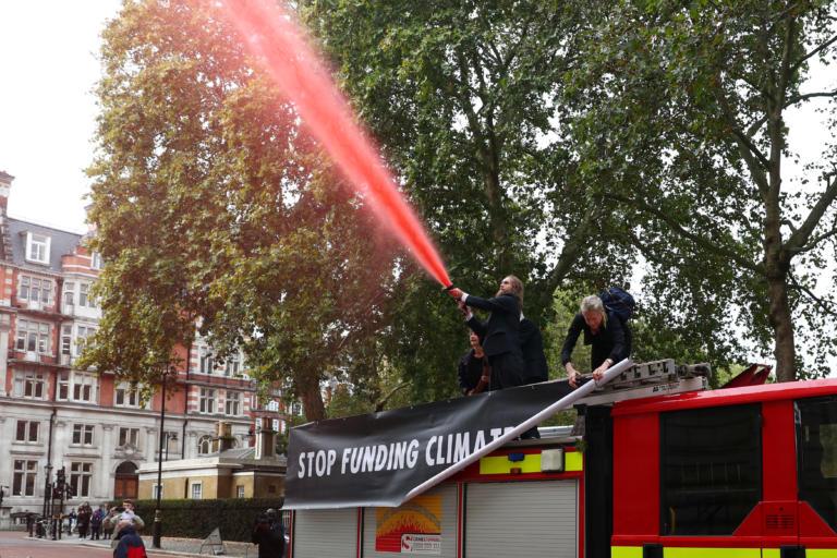 Λονδίνο: Αγόρασαν πυροσβεστικό όχημα στο… eBay και γέμισαν με «αίμα» το υπ. Οικονομικών! [pics]
