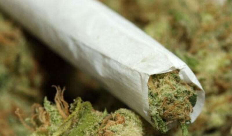 Μητέρα άφηνε την έφηβη κόρη της να καπνίζει μαριχουάνα πριν το μάθημα
