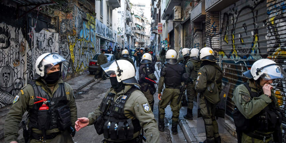 Επίθεση σε διμοιρία των ΜΑΤ στα Εξάρχεια – Μολότοφ στο αστυνομικό τμήμα Πεντέλης