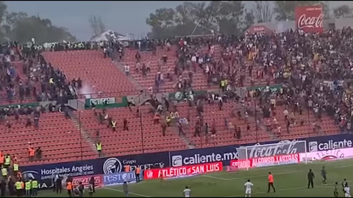 Σκηνές χάους σε ποδοσφαιρικό αγώνα στο Μεξικό: Αιματηρές συμπλοκές μεταξύ οπαδών