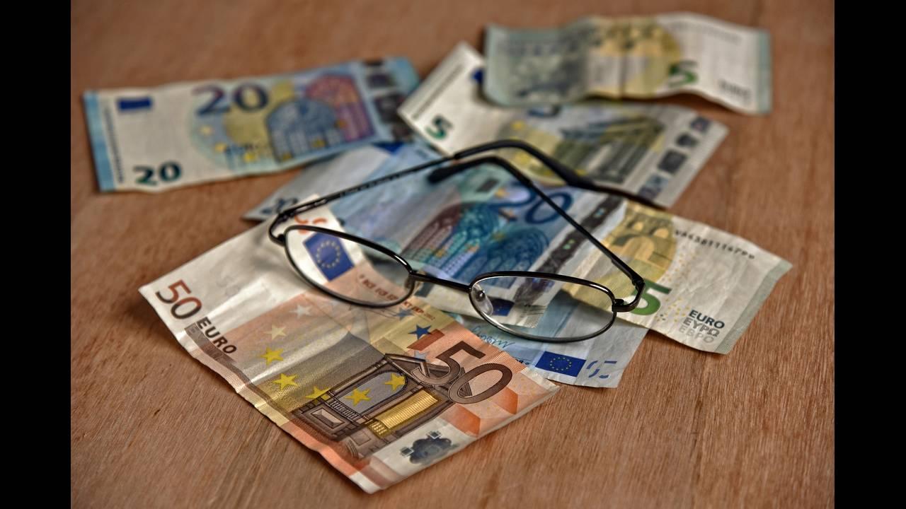 Συντάξεις: Αυξήσεις έως και 120 ευρώ με αναδρομικά τριών μηνών – Τι εξετάζει το υπουργείο Εργασίας