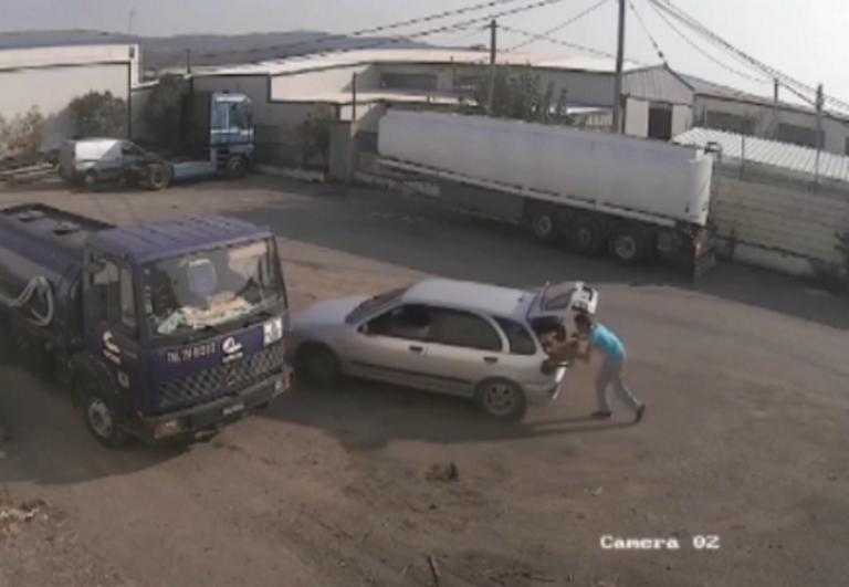 """Βίντεο ντοκουμέντο: Έτσι κλέβουν μπαταρίες αυτοκινήτων! Το θύμα """"κόλλησε"""" στο καπό για να σταματήσει τους δράστες"""