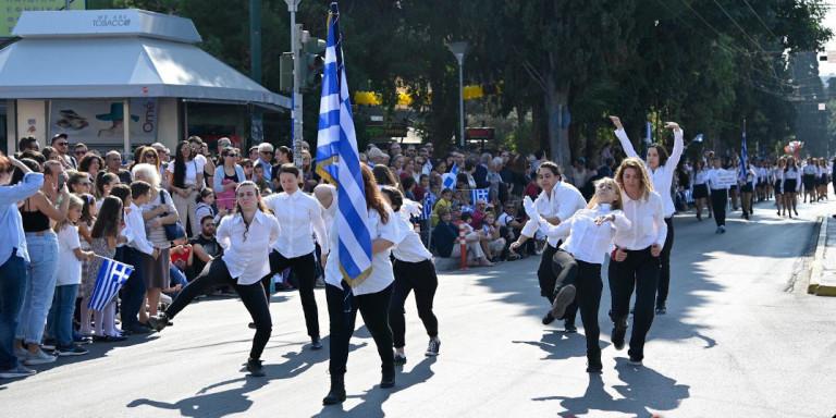 Χαμός για μια παρέλαση αλά Μόντι Πάιθον -Τι εξηγούν τα κορίτσια, ποιοι στον ΣΥΡΙΖΑ τους είπαν μπράβο
