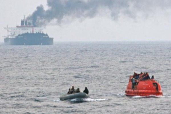 Εφοπλιστής έβαλε τους ναύτες να παριστάνουν τους πειρατές για να κάψει το πλοίο του