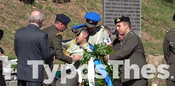 Στρατονόμος λιποθύμησε σε εκδήλωση στο Μέτσοβο – «Λύγισε» από τη ζέστη και την ορθοστασία [vid]