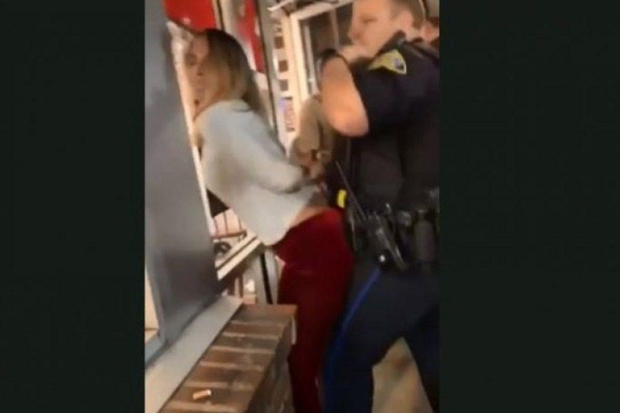 Μεθυσμένη τρίβεται σε αστυνομικό την ώρα που την συλλαμβάνει