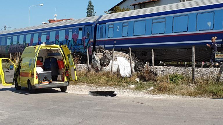 Τραγωδία στα Τρίκαλα: Μία νεκρή από φρικτή σύγκρουση τρένου με αυτοκίνητο (pics&vid)