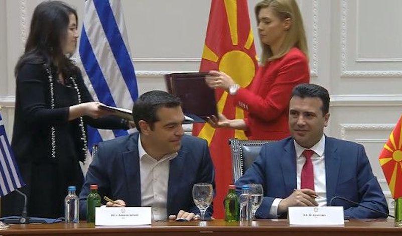 Στην…αγκαλιά του Τσίπρα «έκλαψε» ο Ζάεφ για το βέτο στα Σκόπια