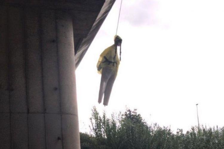 Ρώμη: Κρέμασαν από γέφυρα ομοίωμα της Γκρέτα Τούνμπεργκ (εικόνες)