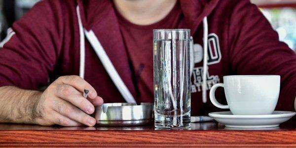 Ρόδος: Πρόστιμο για κάπνισμα σε καφετέρια – Τους «κάρφωσε» θαμώνας