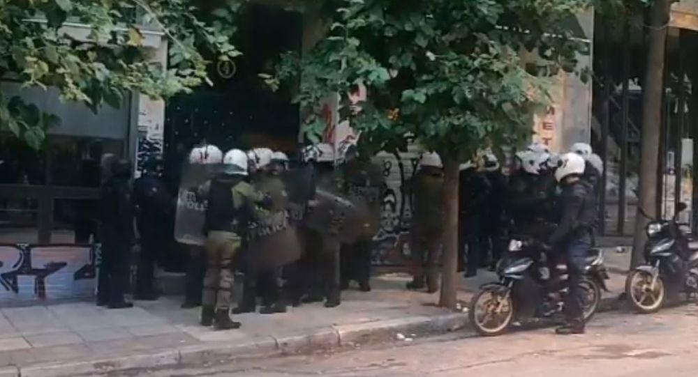 Κινητικότητα στα Εξάρχεια, έφοδος της αστυνομίας σε πολυκατοικία – Βίντεο