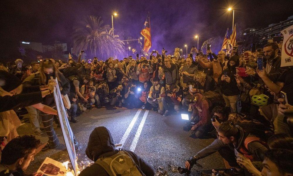 Βαρκελώνη: «Πύρινες» διαδηλώσεις κατά της επίσκεψης της βασιλικής οικογένειας