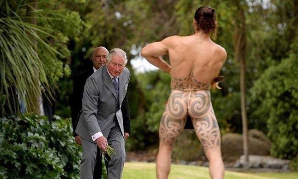 Ο πρίγκιπας Κάρολος τα είδε… όλα όταν βρέθηκε σε τετ-α-τετ με γυμνό Μαορί