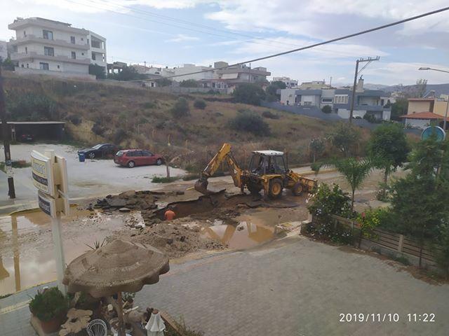 Βλάβη προκάλεσε τεράστια τρύπα κι έκλεισε το δρόμο στην Αμμουδάρα (φωτο)