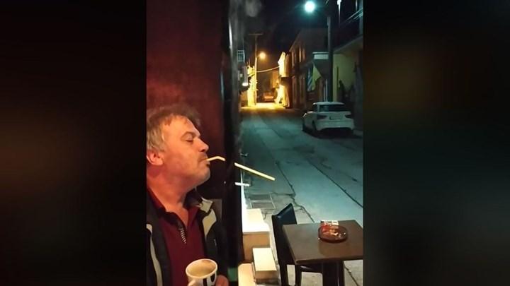 Τι λέει στο ο καπνιστής που έγινε viral με την «πατέντα» του
