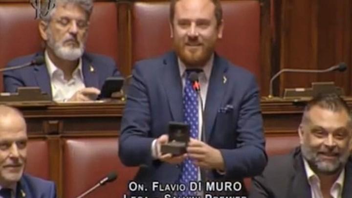 Βουλευτής έκανε πρόταση γάμου στην αγαπημένη του μέσα στη Βουλή - ΒΙΝΤΕΟ