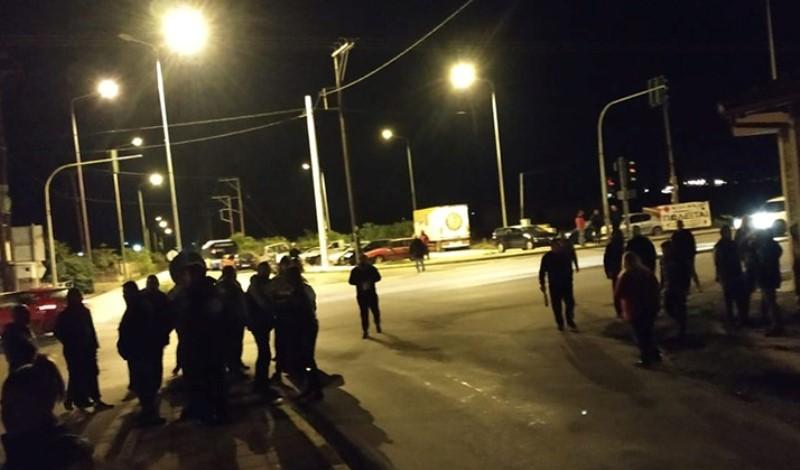 ΒΙΝΤΕΟ ΤΩΡΑ: Μπλόκο κατοίκων στη διασταύρωση της Νάουσας για να εμποδίσουν την διέλευση λεωφορείων με μετανάστες και πρόσφυγες
