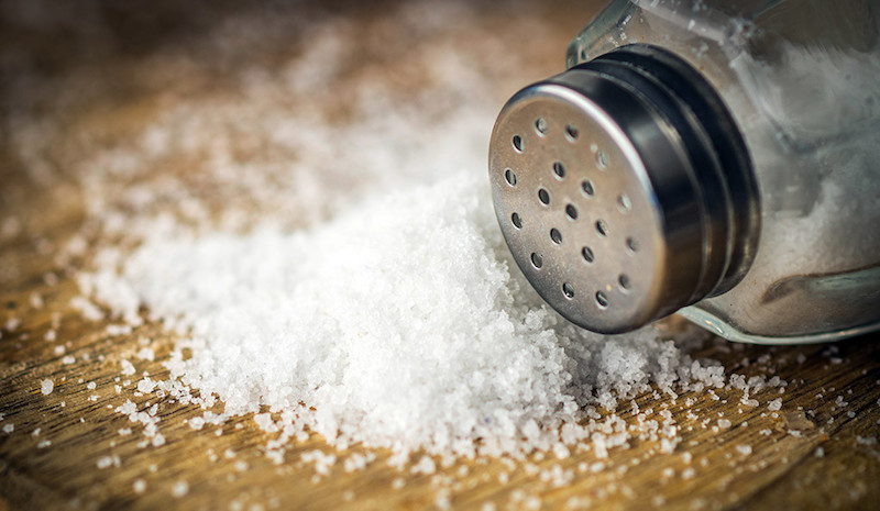 Τρεις τροφές που θα σας βοηθήσουν να μειώσετε το αλάτι
