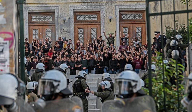 Τα ΜΑΤ μπήκαν στην ΑΣΟΕΕ: Επεισόδια, πετροπόλεμος και χρήση χημικών – Βίντεο, φωτογραφίες