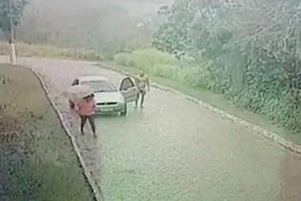Ανδρας κυνηγάει γυμνός μέσα στη βροχή μια γυναίκα για να τη βiασει