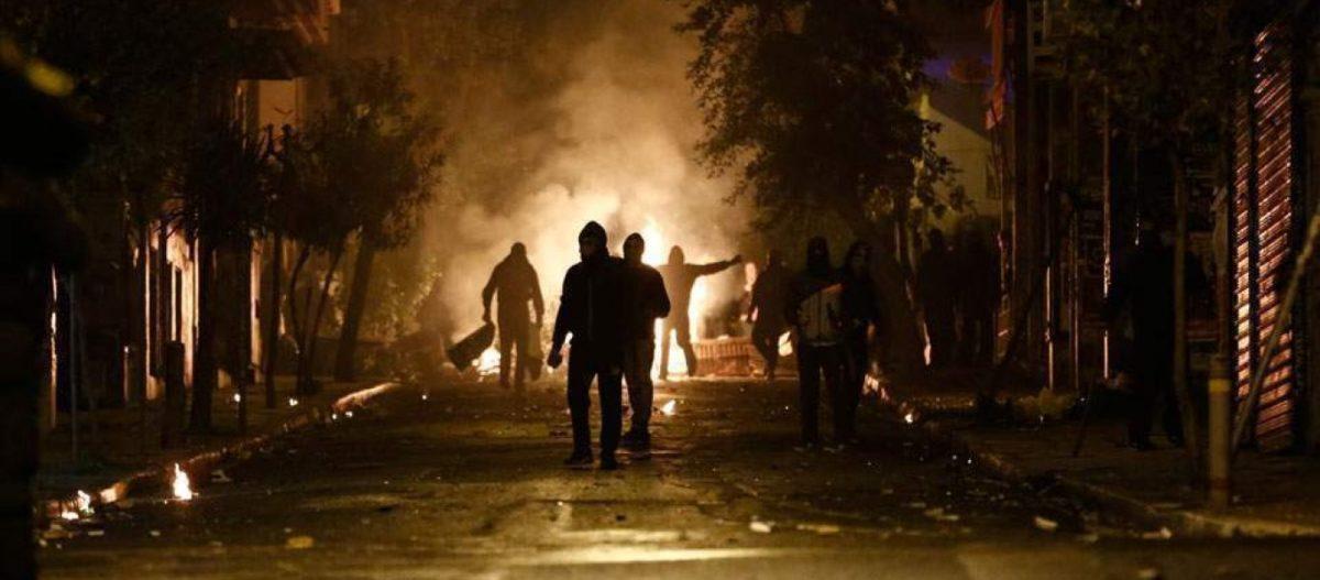 «Καταδρομική» επίθεση ακροαριστερών στα Εξάρχεια – Τραυματίστηκαν 2 αστυνομικοί της ΔΙ.ΑΣ.